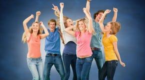 Imagen compuesta de los amigos que van de fiesta junto mientras que ríe y sonríe Imagen de archivo