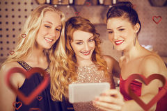 Imagen compuesta de los amigos sonrientes que toman el selfie del teléfono móvil Fotografía de archivo