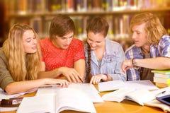 Imagen compuesta de los estudiantes universitarios que hacen la preparación en biblioteca Foto de archivo