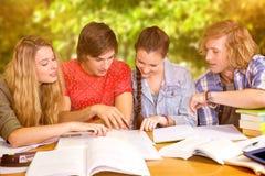 Imagen compuesta de los estudiantes universitarios que hacen la preparación en biblioteca Imagen de archivo