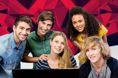 Imagen compuesta de los estudiantes universitarios que usan el ordenador Foto de archivo libre de regalías