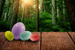 Imagen compuesta de los huevos de Pascua coloreados multi grandes y pequeños Fotos de archivo libres de regalías