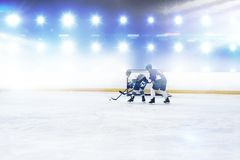 Imagen compuesta de los jugadores que juegan a hockey sobre hielo imágenes de archivo libres de regalías