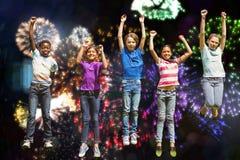 Imagen compuesta de los niños que saltan en el parque imagenes de archivo