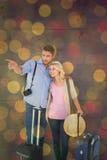 Imagen compuesta de los pares jovenes atractivos listos para ir el vacaciones Fotos de archivo