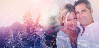 Imagen compuesta de los pares que abrazan en la Navidad Fotos de archivo
