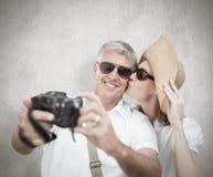 Imagen compuesta de los pares vacationing que toman la foto Imagenes de archivo