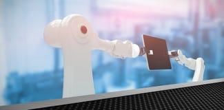 Imagen compuesta de los robots que sostienen la tableta digital 3d Fotos de archivo