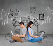Imagen compuesta de pares jovenes felices usando el ordenador portátil mientras que se sienta de nuevo a la parte posterior Imagen de archivo