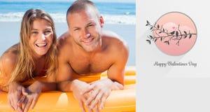 Imagen compuesta de pares lindos felices en la presentación del traje de baño Imágenes de archivo libres de regalías