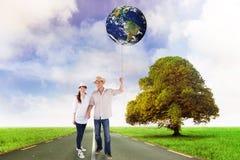 Imagen compuesta de pares sonrientes ambos sombreros que llevan Imágenes de archivo libres de regalías