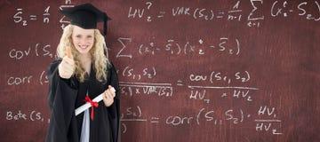 Imagen compuesta del adolescente que celebra la graduación con los pulgares para arriba Fotografía de archivo