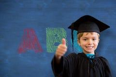 Imagen compuesta del alumno lindo en traje de la graduación Imagen de archivo