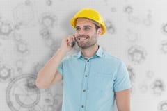 Imagen compuesta del arquitecto de sexo masculino feliz que conversa en el teléfono móvil Fotografía de archivo