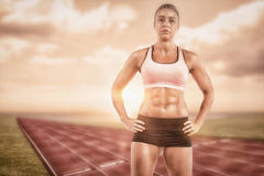 Imagen compuesta del atleta de sexo femenino que presenta con las manos en cadera Imagenes de archivo