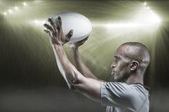 Imagen compuesta del atleta en la posición de la bola de rugbi que lanza 3D Imágenes de archivo libres de regalías