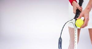 Imagen compuesta del atleta que sostiene una estafa de tenis lista para servir Foto de archivo