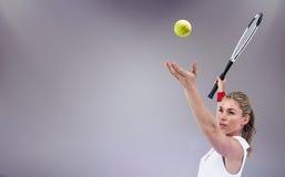 Imagen compuesta del atleta que sostiene una estafa de tenis lista para servir Fotografía de archivo libre de regalías