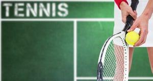 Imagen compuesta del atleta que sostiene una estafa de tenis lista para servir Fotos de archivo