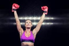 Imagen compuesta del boxeador de sexo femenino del ganador con los brazos aumentados Imagen de archivo libre de regalías