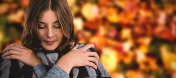 Imagen compuesta del cierre para arriba de la cubierta de la mujer joven con la bufanda Fotografía de archivo libre de regalías