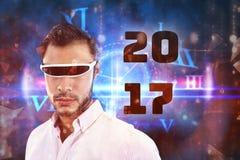 Imagen compuesta del cierre para arriba del hombre que usa un dispositivo de la realidad virtual Fotos de archivo