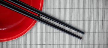 Imagen compuesta del cierre para arriba del palillo con el cuenco rojo Imagen de archivo