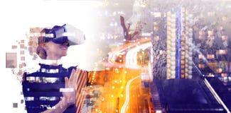 Imagen compuesta del compuesto digital de la mujer con un simulador aumentado de la realidad ilustración del vector