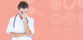 Imagen compuesta del doctor de sexo femenino que sufre de dolor de cabeza Foto de archivo