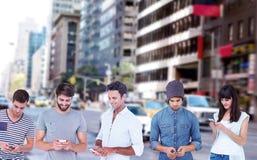Imagen compuesta del envío de mensajes de texto hermoso del hombre a través del teléfono elegante Fotos de archivo