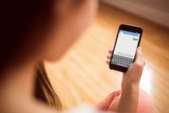 Imagen compuesta del envío de mensajes de texto del smartphone Imagenes de archivo