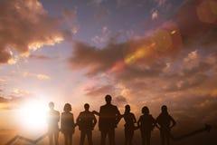 Imagen compuesta del equipo del negocio con la flecha Foto de archivo