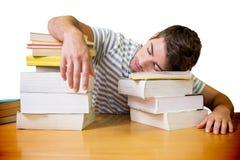 Imagen compuesta del estudiante dormida en la biblioteca imagen de archivo