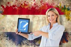 Imagen compuesta del estudiante maduro que señala a la tableta Imagen de archivo