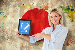 Imagen compuesta del estudiante maduro que señala a la tableta Fotografía de archivo libre de regalías