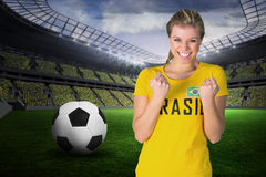 Imagen compuesta del fanático del fútbol emocionado en la camiseta del Brasil Fotos de archivo libres de regalías
