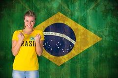 Imagen compuesta del fanático del fútbol emocionado en la camiseta del Brasil imagenes de archivo