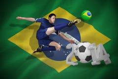 Imagen compuesta del futbolista en el retroceso con el pie azul Fotos de archivo libres de regalías