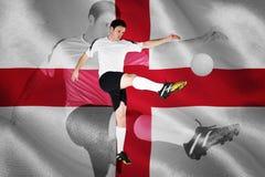 Imagen compuesta del futbolista en el retroceso con el pie blanco Fotos de archivo