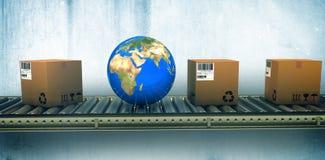 Imagen compuesta del globo y de cajas azules en la banda transportadora Fotografía de archivo
