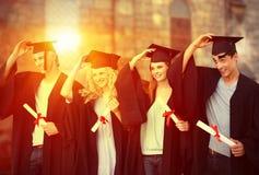 Imagen compuesta del grupo de adolescentes que celebran después de la graduación Foto de archivo libre de regalías