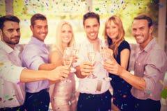 Imagen compuesta del grupo de amigos que sostienen los vidrios de champán Foto de archivo