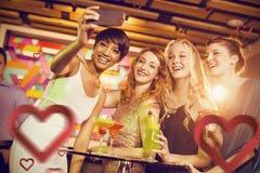 Imagen compuesta del grupo de amigos que toman el selfie del teléfono móvil mientras que teniendo cóctel Fotos de archivo