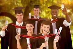 Imagen compuesta del grupo de personas que gradúa de universidad imagen de archivo