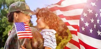 Imagen compuesta del hijo que lleva de la mujer del ejército fotos de archivo