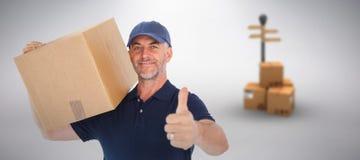Imagen compuesta del hombre de entrega feliz que sostiene la caja de cartón que muestra los pulgares para arriba Fotografía de archivo
