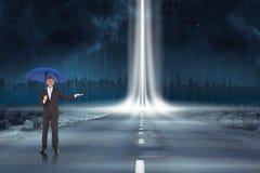 Imagen compuesta del hombre de negocios pacífico que sostiene el paraguas azul Fotos de archivo
