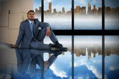 Imagen compuesta del hombre de negocios que se inclina en las cajas de cartón contra el fondo blanco imágenes de archivo libres de regalías