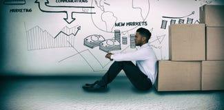 Imagen compuesta del hombre de negocios que se inclina en las cajas de cartón contra el fondo blanco fotos de archivo libres de regalías