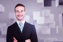 Imagen compuesta del hombre de negocios sonriente en traje con los brazos cruzados Foto de archivo libre de regalías